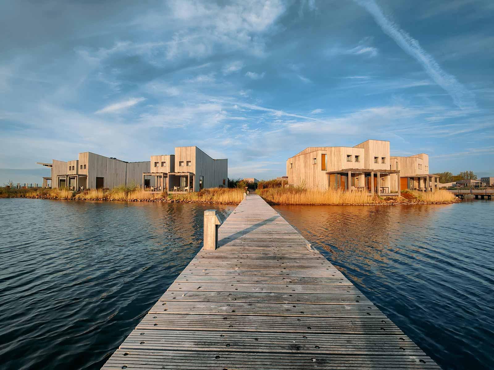 Huisje aan het water bij Oasis Punt-West