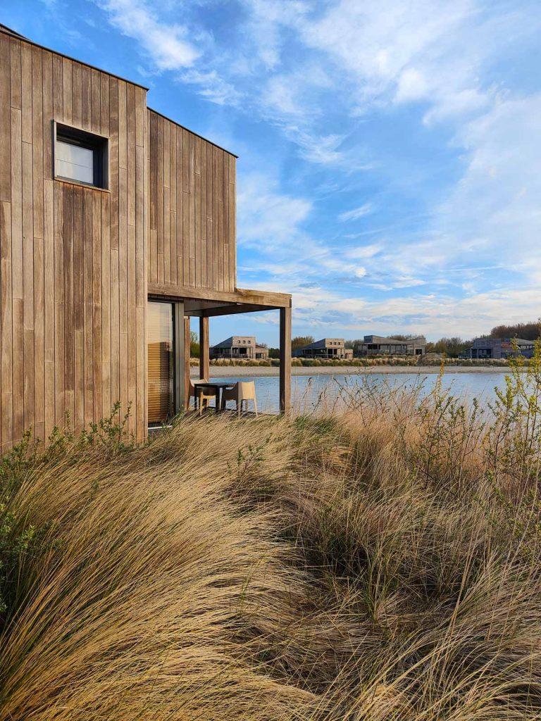 Huisje aan het water in Nederland